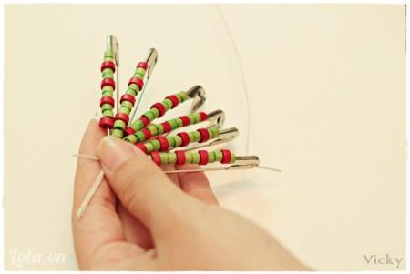 Dùng dây kẽm xỏ vào đầu kim băng thứ nhất, sau đó cột chặt để cố đinh phần đầu dây.