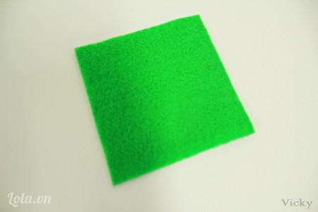Cắt vài nỉ thành mảnh hình vuông kích thước 8*8cm