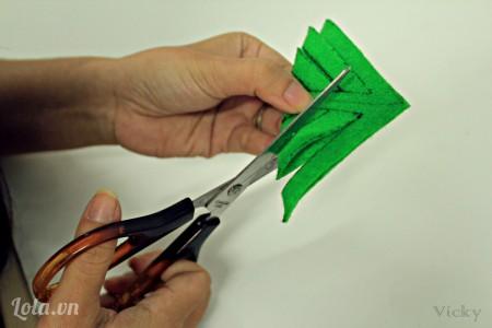 Gấp chéo hình vuông lai và dùng kéo cắt theo các đường đã vẽ sẵn.