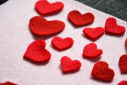 Cắt thật nhiều hình trái tim với kích thước khác nhau