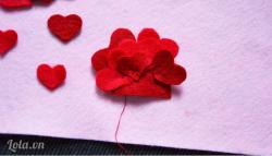 Lần lượt gắn chúng lên phần vải nỉ như vậy, các bạn nhớ gắn sole với nhau và ưu tiên các hình trái tim có kích thước nhỏ lên trước nhé Như vậy là chỉ vài bước đơn giản bạn đã có ngay cho mình một phụ kiện ưng ý rồi nè Ngoài làm đồ cài áo bạn còn có thể làm mặt dây chuyền đeo nữa đó