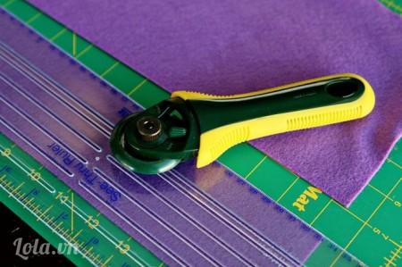 Dùng kéo cắt vải ra theo chiều thẳng có kích thước 8X28 cm