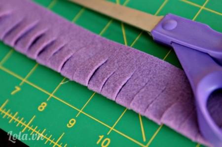 Gấp đôi miếng vải đã cắt lại theo chiều dài sau đó bạn cắt kẽ hở miếng vải như trong hình