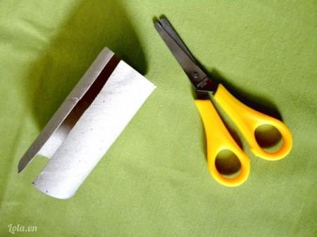 Bạn cắt đôi cuộn giấy theo chiều dọc