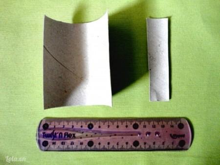 Cắt bớt đi 2.5cm chiều rộng của lõi giấy