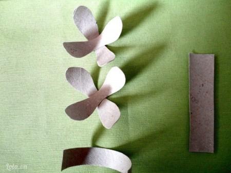 Cắt mảnh lỏi vừa rồi thành các cánh hoa rồi ghép chúng lại như hình