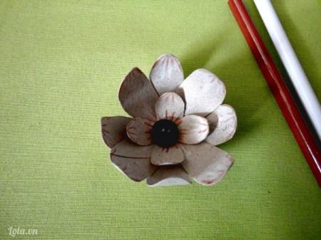 Sao đó bạn cắt các mảnh nhỏ hơn và xếp chồng lên với nhau và tô điểm như hình  Nếu thích bạn có thể trang trí ở giữa hoa một nút áo ở giữa