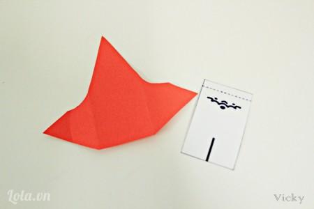 Cắt giấy màu trắng và đỏ như hình bên cạnh.