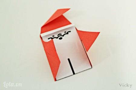 Dùng keo dán 2 mảnh giấy lại như hình.