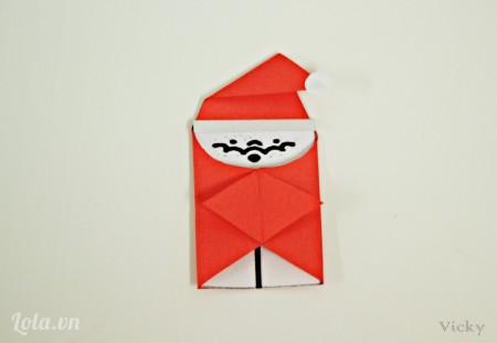 Cắt thêm 1 vòng tròn nhỏ để làm chóp nón của ông già Noel.