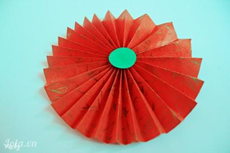 Cắt 1 vòng tròn nhỏ dán chính giữa quạt để trang trí. Tương tự ta làm thêm nhiều quạt màu sắc và kích thước khác nhau.