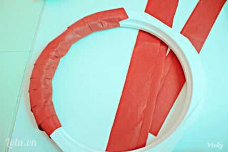 Cắt giấy màu đỏ thành các mảnh dài. Sau đó quấn quanh vòng vòng tròn như hình bên.