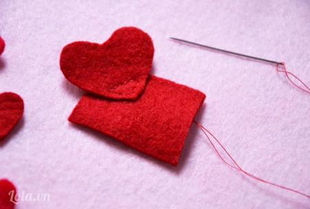 Khâu hình trái tim lên phần vải nỉ hình vuông (phần này bạn có thể dùng súng bắn keo để gắn chúng lại với nhau cũng được)
