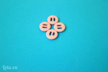 Xếp 4 cái nút như trong hình