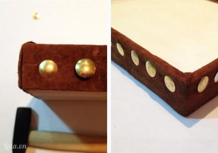 Sử dụng búa đóng định tán vào các góc, dán chúng lại và sấy khô