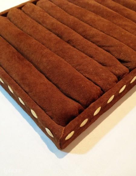 Lấy vải da bọc lên từng dải xốp và dán chúng lại bằng keo, ở hai phần đầu bạn nhớ cho nhiều keo để vải da có thể bám vào thành hộp nhé Như vậy là bạn đã có cho mình được một hộp để đồ trang sức cực kì đẹp rồi
