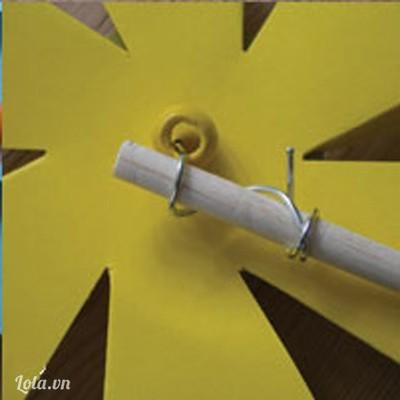 Lần lượt bạn xếp một bông hoa chong chóng và một vòng tròn lại như trong hình.  Sau đó bạn xuyên ghim kẹp giấy đã làm ở bước 2 để cố định hình chong chóng . Sau khi đã làm xong bạn cho tiếp một hạt chuỗi màu vào nữa .