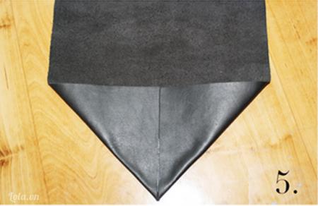 Khâu mảnh vải da hình tám giác vào mặt sau bên trong của túi