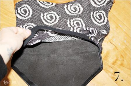 Cắt ba mảnh vải nhỏ để làm chốt dây đeo hai bên và móc khóa cho túi xách