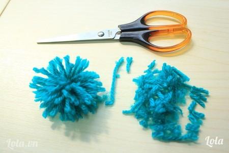 dùng kéo tỉa phần len cho đều và chỉnh lại các sợi len sao cho ra một hình tròn, vậy là bông hoa đã hình thành rùi đó.