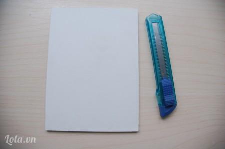 Dùng dao rọc giấy cắt một hình chữ nhật kích thước 13x18 cm