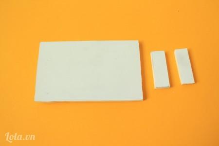 Tiếp tục cắt giấy mô hình thành 1 mảnh kích thước 5x8cm, 2 mảnh kích thước 1x3cm