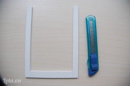 Tiếp tục cắt hình chữ nhật 13x18cm, khoét bỏ hình chữ nhật nhỏ kích thước 10x15 cm