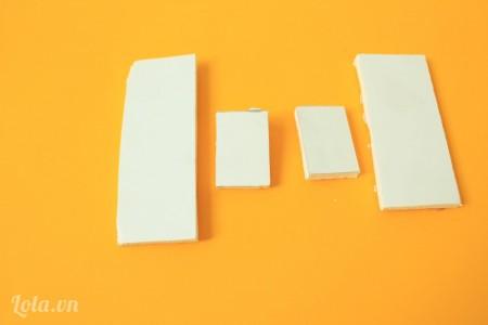 Cắt giấy mô hình thành 1 mảnh kích thước 3x8cm, 1 mảnh 3x7cm, 2 mảnh 2x3cm