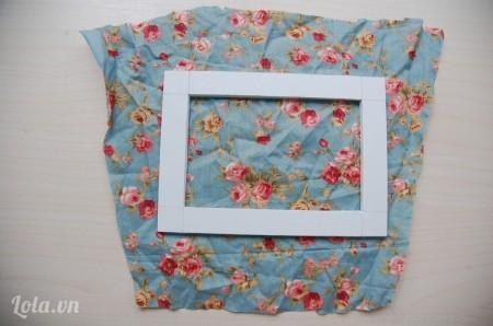 Cắt một miếng vải to hơn khung chữ nhật ở bước 2