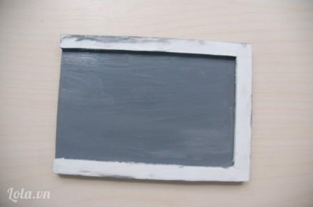 Dùng màu sơn trang trí cho khung chữ nhật đã dán ở bước 4 (nếu thích màu trắng thì có thể bỏ qua bước này).