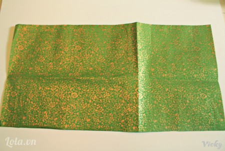 Cắt giấy thành hình chữ nhật kích thước tùy ý ( với chiều dài gấp 3 lần chiều rộng)