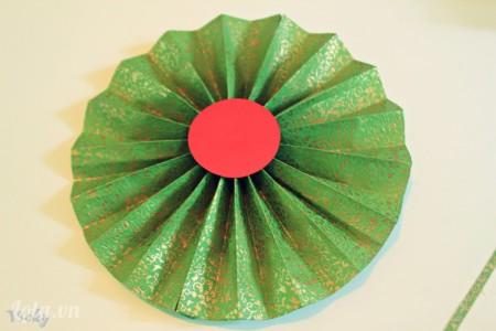 Giờ thì cắt 1 hình tròn nhỏ bằng giấy bìa màu để trang trí thêm cho chiếc quạt.