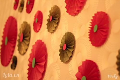 Cùng trang trí lại bức tường bằng những chiếc quạt giấy rực rỡ